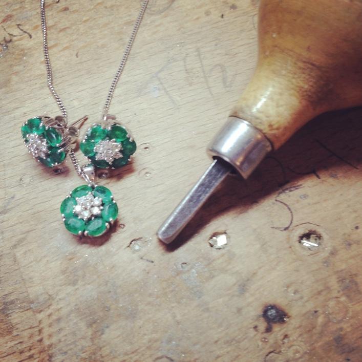 HJ_BESPOKE_Emerald Ring, Neckpiece and Earrings Set9