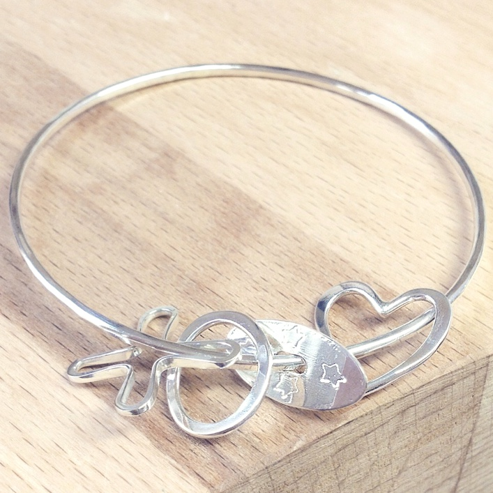 https://honeybournejewellery.com/wp-content/uploads/2015/10/HJ_BESPOKE_Mother-to-Daughter-Bangle3.jpg