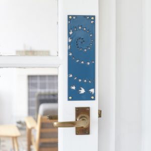 hj_shop_teal_doorplate_situ
