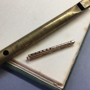 HJ_BESPOKE_mini_gold_tin_whistle_tie_pin