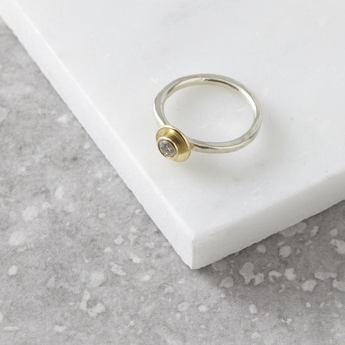 HJ_SHOP_RINGS_18CT_GOLD_POD_DIAMOND_RING