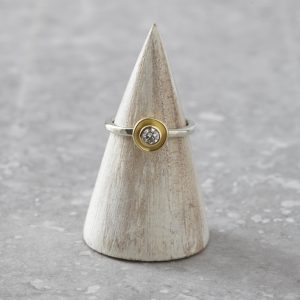 HJ_SHOP_RINGS_18CT_GOLD_POD_DIAMOND_RING