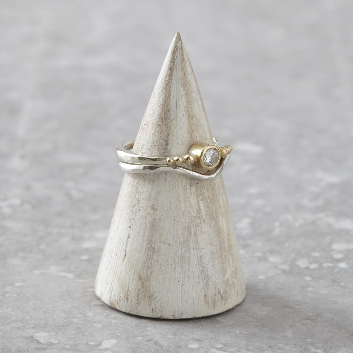 HJ_SHOP_RINGS_BEADED_SOLITAIRE_CURVE_WEDDING_BAND