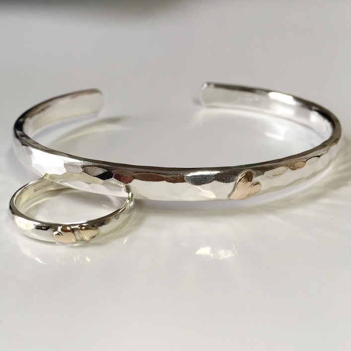 HJ_BESPOKE_SILVER_TORC_RING_9CT_HEARTS